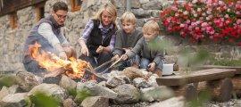 Die ganze Familie hilft zusammen, damit das Lagerfeuer brennt