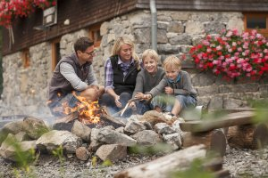 Lagerfeuer-Romantik mit der Familie auf der urigen Wannenkopfhütte im Allgäu