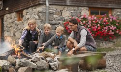 Familienzeit am Lagerfeuer vor der Wannenkopfhütte