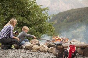 Auch die Kleinen helfen bereits mit das Lagerfeuer zu entfachen