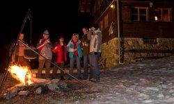 Glühwein-Empfang am Lagerfeuer vor der Hütte