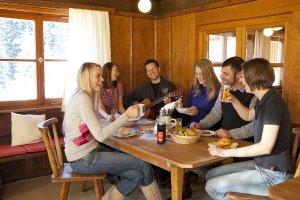 uriger Hüttenabend auf der Allgäuer Skihütte
