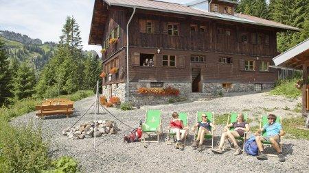Sonnenbaden vor der Hütte