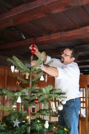 Hüttenwirt Michael schmückt den Christbaum