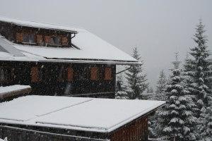 Dicke Flocken fallen vom Himmel - Neuschnee auf der Wannenkopfhütte