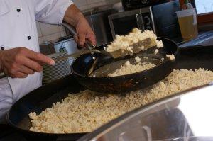 Kässpatzen geschöpft aus der Riesenpfanne