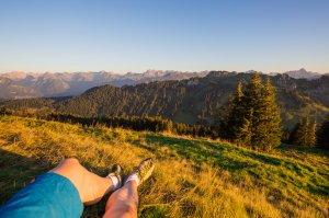 Berg hochwandern und dann gemütlich die Aussicht genießen!