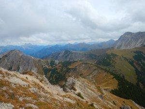 Traumhafte Aussichten auf den Berg-Herbst