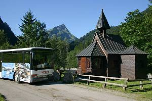 Linienbus an der Hubertuskapelle im Hintersteiner Tal