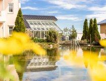 Schwimmteich mit Blick auf den Wintergarten - Wellnesshof Blenk - 5 Sterne Ferienwohnungen in Wertach im Allgäu