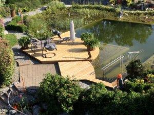 Neuer Steg im Naturbadeteich - Wellnesshof Blenk - 5 Sterne Ferienwohnungen in Wertach im Allgäu