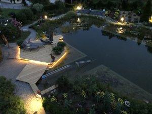Unser Naturteich bei Nacht - Wellnesshof Blenk - 5 Sterne Ferienwohnungen in Wertach im Allgäu