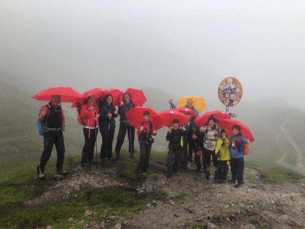 Kindergruppe mit Regenschirm