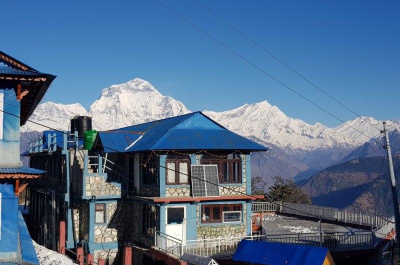 Buntes Haus vor Bergpanorama