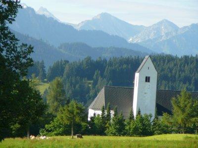 Dorfkirche Mittelberg mit Blick in die Allgäuer Alpen