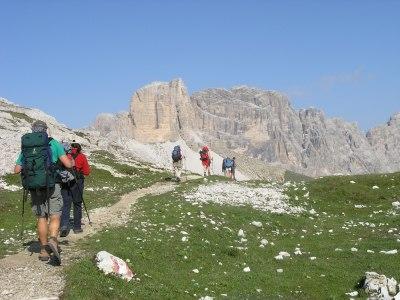 Wandergruppe von hinten mit Dolomiten