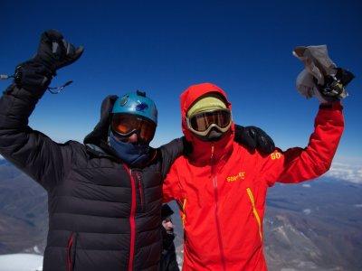 Glücklich am Gipfel des Elbrus