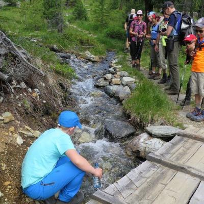 Karlo holt Wasser am Bergbach
