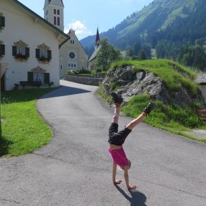 Tine schlägt Rad in Holzgau