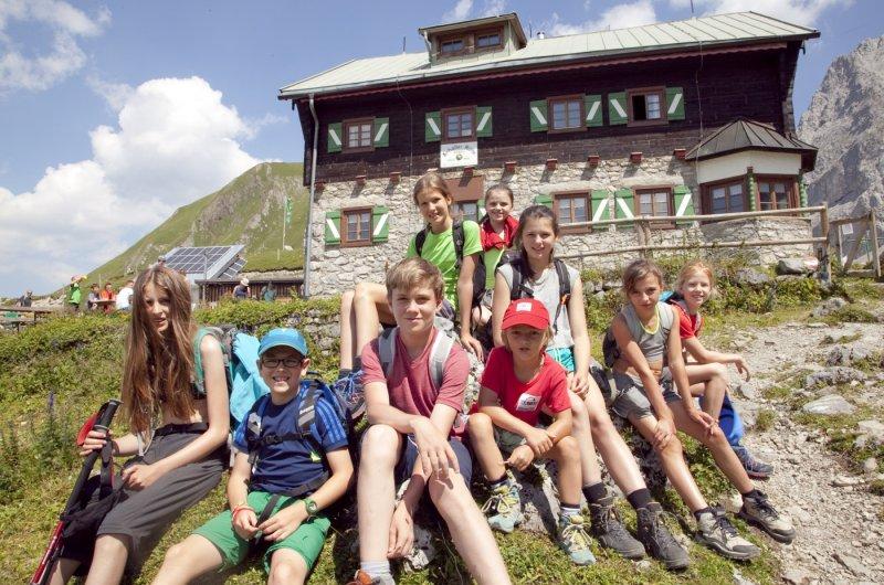 Gruppenfoto vor der Anhalter Hütte - E5 mit Kindern