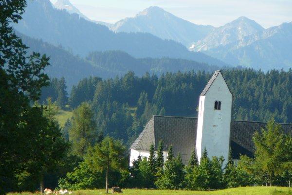 Mittelberger Kirche mit Bergen