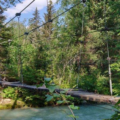 Überquerung von diversen Flüssen mittels Hängebrücken