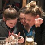 3 Mädels schauen aufs Handy