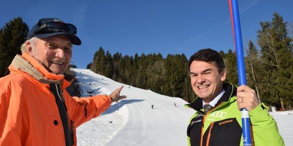 Karlheinz Fäßler und Michael Fäßler blicken auf die Strecke