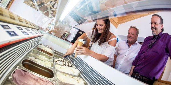 Christina Ackermann, Alois Ried und Massimo Maguolo probierten die neue Eissorte