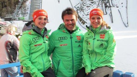 Katharina Althaus, Bundestrainer Andreas Bauer und Gianina Ernst