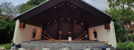 Alphornblasen im Pavillon