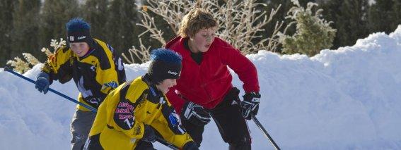 Kinder auf dem Eisplatz
