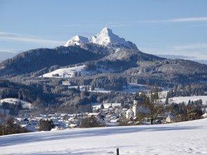 Wertach im Winter mit Kirche und Grünten