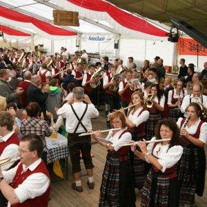 Einzug der Musikkapelle Wertach ins Zelt