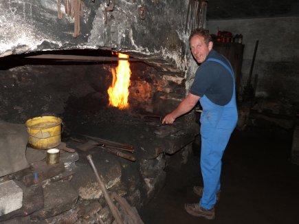 Otto Huber beim Feuer machen