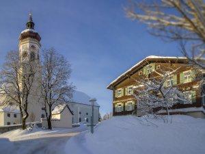 Wertacher Kirche und Pfarrheim im Winter
