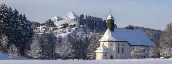 St. Sebastianskapelle im Winter mit Blick auf Bichel