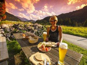 Brotzeit auf der Alpe Sorg 1