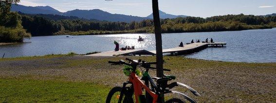 Grüntensee im Herbst mit E-Bikes
