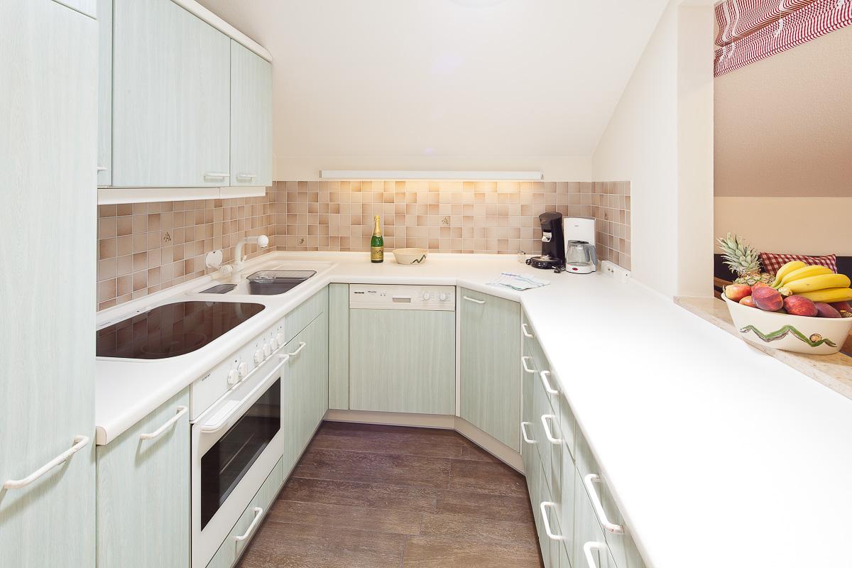 Helle und voll ausgestattete Küche