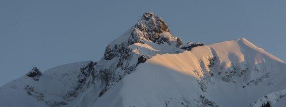 Abendlicht-mit-skispuren-8d9835dd-6ce2-4d64-912b-f63f673aa22c