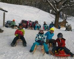 Kinder beim Rodeln am Giebelhaus
