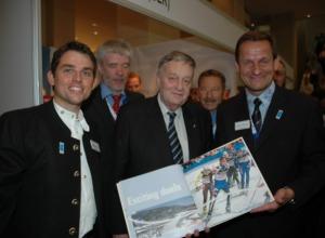 FIS-Kongress 2008 - FIS-Präsident Gian-Franco Kasper informiert sich am Oberstdorfer Stand