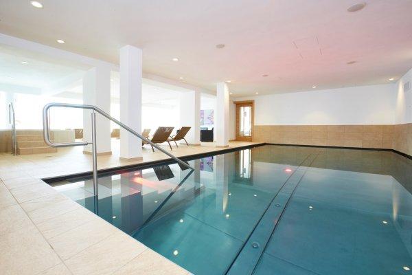 Schwimmbecken im Wellnessbereich