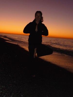 Yoga-Spaß bei Sonnenaufgang