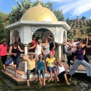 Lach Yoga im Tempel