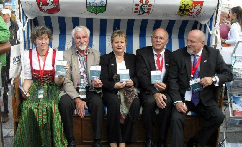 Sylvia Löhrmann (Ministerin für Schule und Weiterbildung NRW) freut sich über den Zipfelpass