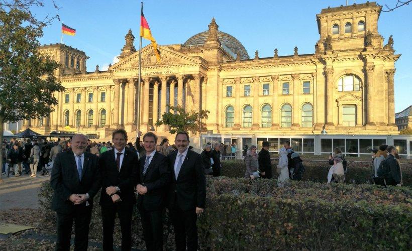 Die Bürgermeister der Zipfelbundgemeidnen vor dem Reichstag